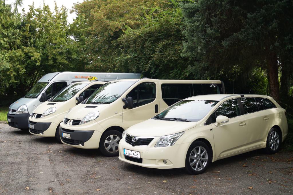 Kleinbusse und Limousine